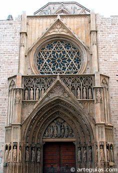Puerta occidental gótica de la catedral de Valencia   Spain