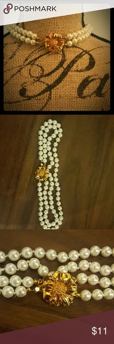 Pearl Necklace Elegant pearl necklace with gold flower in  the middle Accessories