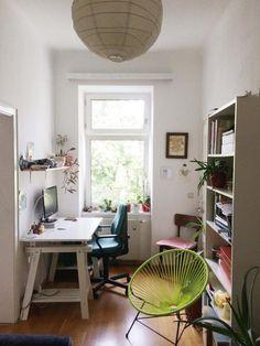 Einrichtungsinspiration Fürs WG Zimmer: Schreibtisch Am Fenster, Regal Und  Stylischer Sessel.