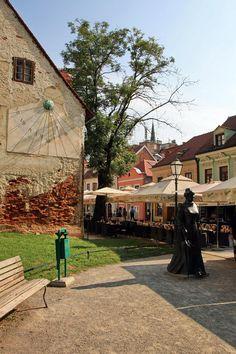 Escultura dedicada a Marija Jurić Zagorka, na rua Tkalčićeva, em Zagreb, capital da Croácia e maior cidade do país. A parte histórica da cidade é a principal atracção, com igrejas, instituições e edifícios históricos [ #MarijaJurićZagorka #Zagreb #Croácia ]
