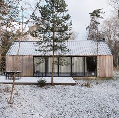 really don't mind winter, snow or cold weather as long as the sky is blue and the sun is out! - Houses interior designsI really don't mind winter, snow or cold weather as long as the sky is blue and the sun is out! Metal Roof, Cabana, Exterior Design, Future House, Building Design, Architecture Design, House Design, House Styles, Snow Cabin