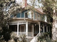 This looks like the Gilmore Girls house. <3
