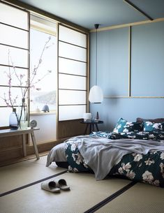 Japanese Decor Bedroom: Most Popular Japanese Bedroom Ideas Japan Interior, Japanese Interior Design, Home Interior Design, Swedish Design, Scandinavian Design, Design Interiors, Japanese Design, Kitchen Interior, Blue Interiors