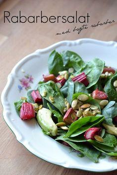 Rabarber bruges ofte i det søde køkken, men jeg fik lyst til at prøve at lege med dem i en salat – resultatet blev virkelig godt. Rabarberens syrlighed går rigtig godt i spænd med avokadoens lidt fede og søde smag. Samtidig giver den friske spinat et godt bid til salaten. Prøv den! Kan du lide...Read More »