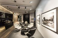 Mercedes-Benz inaugurates first 'Mercedes me' lifestyle retail concept in Hamburg Showroom Interior Design, Garage Interior, Interior Architecture, Lounge Design, Design Garage, Mercedes Benz, Car Office, Office Works, Modern Garage