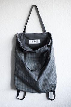 Minimaler leichter Rucksack Beutel Tasche grau Ripstop Nylon in schwarz weiß Gitter Muster Design Handmade backpack tote grey light black