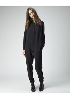 / Minimale Jumpsuit - I don't know how I feel about this. Look Fashion, Girl Fashion, Womens Fashion, Salopette Short, Fashion Designer, Minimal Fashion, Jumpsuits For Women, Casual, Style Me