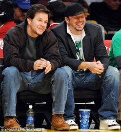 Mark Wahlberg et son frère Donnie des New Kids On The Block . Donnie Wahlberg, Gorgeous Men, Beautiful People, Wahlberg Brothers, Raining Men, Blue Bloods, Backstreet Boys, New Kids, Movie Stars