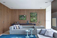 Wandgestaltung Naturfarbe Holz Wandpaneele blau Teppich