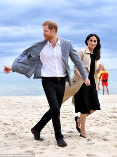 Prince Harry, Duke of Sussex and Meghan, Duchess of Sussex visit South Melbourne Beach October 2018 in Melbourne, Australia. The Duke and Duchess of Sussex are on their official Autumn. Prinz Harry Meghan Markle, Meghan Markle Prince Harry, Harry Et Meghan, Prince Harry And Megan, Prince Henry, Harry Royal, Harry Harry, Prince Harry Pictures, Melbourne Beach