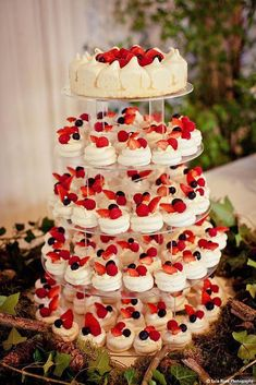 Petite Pavlovas perfect alternative to wedding cake for a summer wedding. Could do strawberry shortcakes if you don't like the meringues idea Luxury tower of mini pavlova wedding cakes with strawberries. Elegant wedding food station of mini meringues with Summer Wedding Cakes, Wedding Cupcakes, Wedding Desserts, Summer Desserts, Wedding Pies, Summer Food, Summer Cakes, Mini Desserts, Wedding Foods