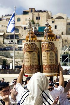 A Jewish man lifts the Sefer Torah in Jerusalem so all can see the Holy Scripture written on the scroll, which is protected inside the case. The word made flesh . If I be lifted up I will draw all men unto me. Cultura Judaica, Arte Judaica, Jewish History, Jewish Art, Ancient History, Heiliges Land, Simchat Torah, Israel Palestine, Israel Travel