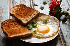 a fried egg with bread by Luiz Laercio on 500px