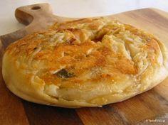 Εύκολη πίτα περέκ στο τηγάνι, με έτοιμα ψημένα φύλλα που ονομάζονται φυλλωτά. Η γέμιση είναι συνήθως τυρί αλλά κάνουν εξαιρετική παστουρμαδόπιτα επίσης! Greek Pastries, Bread And Pastries, Halumi Cheese Recipes, Cooking Recipes, Cookie Dough Pie, Filo Pastry, Greek Recipes, Different Recipes, Breakfast Recipes