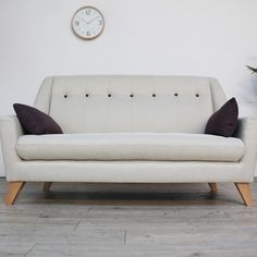 H&D 斯巴和鈕扣雙人布沙發-兩色可選(HS1/8153)椅背弧狀設計讓空間更加柔和 扶手角度略向外傾斜不同一般沙發的更顯大器 拉扣設計是增添沙發更有趣可愛的元素 柔毛麻織布,布面觸感柔軟滑順 抱枕布套可拆洗,清洗便利常保潔淨 椅腳的不對稱,視覺更能展現趣味 椅腳拿掉呈現和室風格沙發樣式 專人送到府/簡易組裝