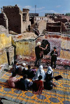 Uma escola improvisada entre ruínas em Cabul, Afeganistão. Fotografia: Steve McCurry.