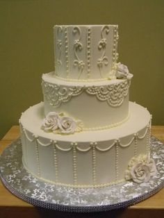 White piped cake