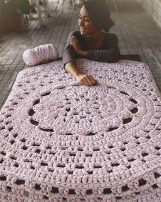 Alfombra de trapillo modelo Flor Central, en rosa palo