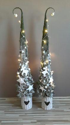 Grincs (Christmas decoration) - New Ideas Christmas Rugs, Hanging Christmas Tree, Woodland Christmas, Grinch Christmas, Outdoor Christmas, Rustic Christmas, Christmas Projects, Christmas Time, Christmas Wreaths