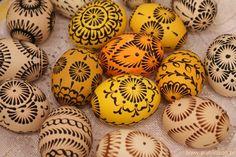 Wzory na pisanki malowane woskiem / Kraszanki Easter Eggs, Patterns, Food, Block Prints, Eten, Art Designs, Meals, Models, Pattern