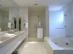 Banheiros com banheira de vários tamanhos e estilos