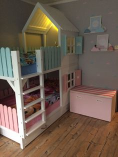 Geschwister Etagenbett House beds The name of your site The Supernanny Serves Up Tips For Families A Kids Bedroom Designs, Bunk Bed Designs, Baby Room Design, Baby Room Decor, Bed For Girls Room, Little Girl Rooms, Child Room, Kura Ikea, Toddler Rooms