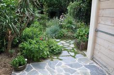 """Flagstones vastgezet in cement en los in de tuin. Lees het <a href=""""http://www.flagstones.nl/relatie-interviews/tuinontwerper-suzan-van-lieshout"""">interview op onze website met Suzan van Lieshout.</a> <br /><a href='/assortiment/blauw/kleansis-plakes-griekenland'>Klik hier voor meer informatie over dit product!</a>"""