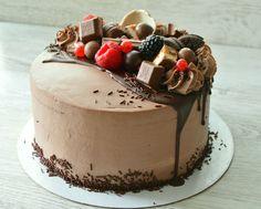 Коржи на французском какао, шоколадный мусс и черная смородина. Торт для настоящего шокоголика! Автор instagram.com/selfsweets_spb