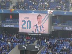 El videomarcador del estadio dando las alineaciones
