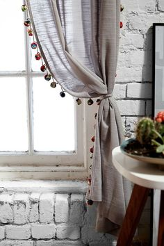 Pompom Curtain Love these pompons which pickup the rug color and shape without going crazy. Traditional Decor, Curtains Living, Decor, Curtain Decor, Simple Curtains, Stylish Curtains, Diy Home Decor, Diy Curtains, Home Decor