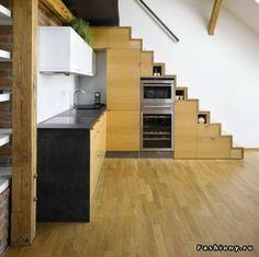 Всевозможные способы заполнения пространства под лестницей / интерьер гостиной с лестницей
