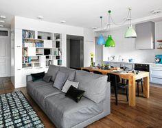 W otwartej przestrzeni dziennej podział na strefy funkcjonalne jest czysto umowny. Salon zaczyna się tam, gdzie stoi kanapa. Na podłodze wełniany dywan szwedzkiej firmy Kasthall, istniejącej od 150 lat.