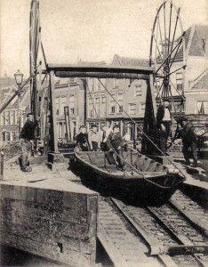 De brug is genoemd naar de Overtoom en de Overtoomse sluis die zich hier vroeger bevonden. De eigenlijke overtoom uit de 14e eeuw vormde de scheiding tussen boezem van het Hoogheemraadschap van Rijnland en die van Amstelland en werd in 1808 door een schutsluis vervangen, de Overtoomse Sluis. Een overtoom is een installatie waarbij een schip over land van het ene in het andere water wordt getrokken, met het doel een peilverschil te overwinnen.