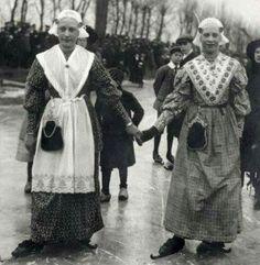 Twee dames in Friese klederdracht en op Friese doorlopers, tijdens schaatswedstrijden in Leeuwarden, 1914. Fotograaf Onbekend
