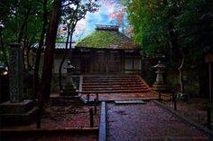 Хонэн-ин-буддийский храм с большим кладбищем и парком на северо-востоке Киото в районе Хигасияма.