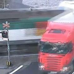 Stopplicht überfahren: Zug rast ungebremst in LKW News, Train