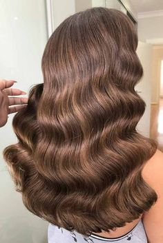 Trendy Hair Color : Dark brown hair is beating all the charts these days. And there is no wonder why Brown Hair Tones, Highlights For Dark Brown Hair, Brown Hair Colors, Dark Hair, Caramel Brown Hair, Chocolate Brown Hair Color, Hair Color 2017, Actrices Hollywood, Gorgeous Hair