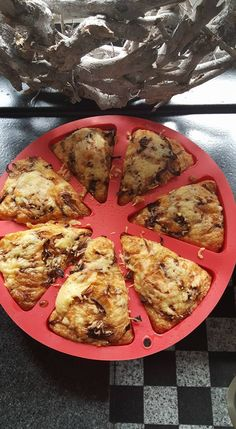 Kaas uien broodjes   65 Gram amandelmeel 1 mozzerella bol 2 theelepels bakpoeder 4 eieren 3 eetlepels roomboter of kokosolie Geraspte kaas Pompoenpitten  Alles mixen en in de vorm doen. 25 minuten op 180 graden.