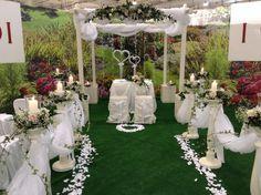 Allestimento per matrimonio da esterno.     Outdoor wedding ceremony.