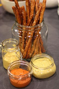 Gourmet Game Night: Pretzels with Homemade Mustard Dip Trio & Other Food Ideas! Chutneys, Appetizer Dips, Appetizer Recipes, Dip Recipes, Snack Recipes, Catering, Mezze, Mustard Recipe, Homemade Pretzels