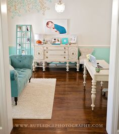 studio photography want this in the worst way.....so could just get a two bedroom make this the master for better lighting with a bay window or sliding doors depending on the place.....great idea n beautiful colors