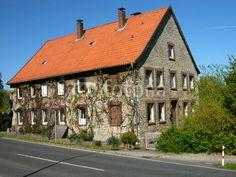 Wohnhaus mit leuchtendem rotbraunen Ziegeldach in Helpup bei Oerlinghausen im Kreis Lippe am Teutoburger Wald