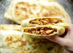 Panbroodjes met hete kip | Kookmutsjes Diner Recipes, Asian Recipes, Cooking Recipes, Crunchwrap Supreme, Falafel Vegan, Birthday Snacks, Food Porn, Arabian Food, Tacos And Burritos