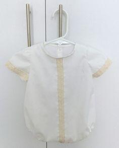 Pelele bebé piqué blanco con puntilla beige y manga corta