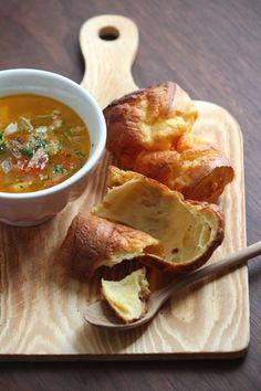 ポップオーバー。 by 栁川かおり / シュー生地のように卵のちからで膨らむ、N.Y.スタイルのクイックブレッド。スープと一緒に朝ごはんや、甘いソースをかけておやつにも。 / Nadia