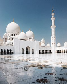 Can't get over how unreal the mosque looks. It's breathtakingly stunning. Couple Musulman, Mekkah, Song Of Style, Dubai Travel, Dubai Map, Beautiful Mosques, Islamic Wallpaper, Grand Mosque, Islamic Architecture