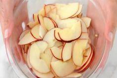Vizet öntött az almaszeletekre, ami ebből készült mindenkit ámulatba ejtett! (videó)