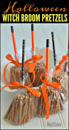 Create these CUTE Broomsticks from Pretzels (Easy Non-Candy Halloween Snack) - - Halloween Lebensmittel - Halloween Ideas Dulces Halloween, Halloween Class Party, Halloween Tags, Halloween Goodies, Halloween Crafts For Kids, Halloween Birthday, Holidays Halloween, Halloween Pretzels, Halloween Goodie Bags