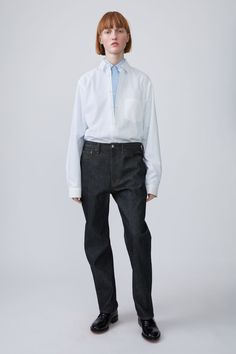 Acne Studios Blå Konst Log black are loose fitting, 5-pocket jeans with a dropped crotch.