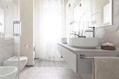 Here you can find the project of an original bathroom I realized for a young couple: balance, aesthetics, design and functionality. Couples Bathroom, Locked Wallpaper, Laundry In Bathroom, Young Couples, Bathroom Interior Design, Toilet, Sweet Home, Bathtub, The Originals